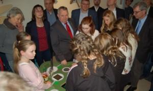 Minister Dr. Till Backhaus erprobt mit Schülern das Tierspuren_Entdeckerspiel