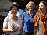 von links: Ministerpräsidentin Christine Lieberknecht mit Christine Kober (Naturpark) und Stella Schmigalle (Stiftung Naturschutz Thüringen) vor einer Schieferpfad-Infotafel, BA Beate Graumann
