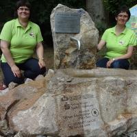 Unsere Naturführerinnen am Bienenlehrpfad, Marion Zapf und Dorit Gropp, präsentieren den Ambrosius- Brunnen, BA Beate Graumann