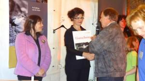 Britta Krämer aus dem TMLFUN bedankt sich bei bei der Stadt Lehesten und der Grundschule mit einem Fledermaus-Erlebnis-Gutschein_BA Grit Lemnitzer