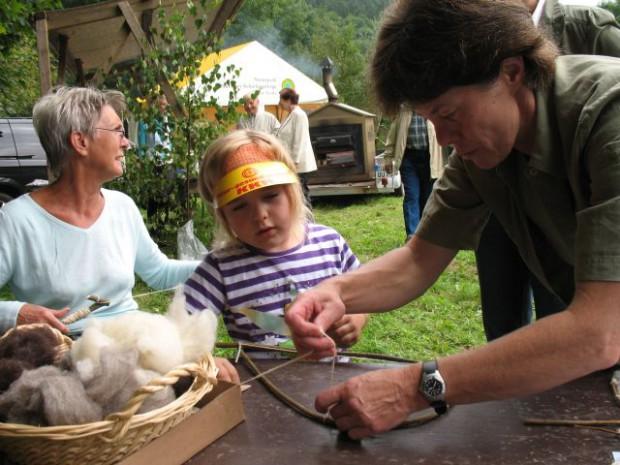 Naturführerin Frau Mewes beim Wolle Basteln BA Grit Lemnitzer 620x465 Erlebnistipp im April