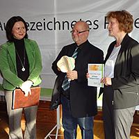 Auszeichnung durch die Ministerin (links) an Christine Kober (rechts) und Falk Neubeck vom Familotel (mitte), BA Grit Lemnitzer