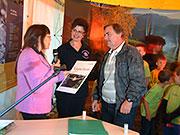 Britta Krämer (TMLFUN) überreicht einen Gutschein für eine Fledermausnacht in Lehesten an Cornelia Seifert (Grundschule Lehesten) und Andreas Ludwig (Bürgermeister Lehesten); BA Grit Lemnitzer