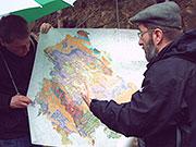 Die Geologie des Schiefergebirges erklärt Dr. Mann direkt am Aufschluss, BA Beate Graumann