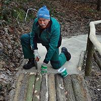 Verschiedene Holzarten zum Ertasten mit den Füßen, BA Bernd Lippold