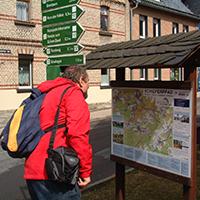 Ein Blick auf die Hinweistafeln, die sich in allen Orten des Schieferpfades befinden, erleichtert die Orientierung, BA Beate Graumann