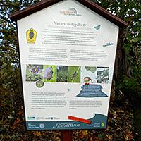 Informationstafeln am Pfad informieren über Wissenswertes zu Naturschutz und Schieferbergbau , BA Beate Graumann