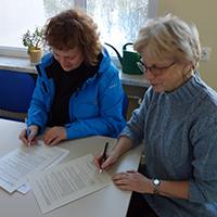 Steffi Müller, Leiterin der Naturpark-Schule Leutenberg (rechts), und Christine Kober, Naturpark Thüringer Schiefergebirge/Obere Saale unterzeichnen den Arbeitsplan. BA Dirk Hofmann