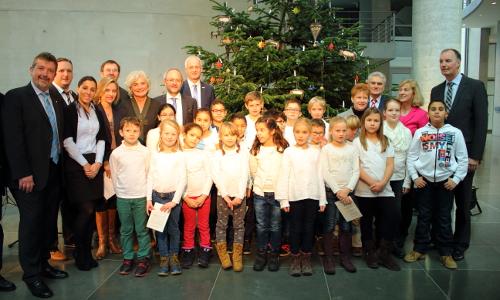 """Übergabe Weihnachtsbaum 1 beitrag """"Alte Tradition"""" ─ Weihnachtsbaum für den Deutschen Bundestag"""