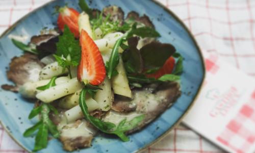 Bild zum Repeztb Carpaccio vom Lammbauch mit Spargelsalat, Knoblauchrauke und Erdbeeren