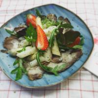 Carpaccio vom Lammbauch mit Spargelsalat, Knoblauchrauke und Erdbeeren © Landgasthof Linden
