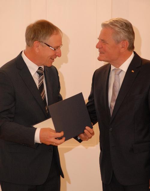 """George beitrag """"Hohe Auszeichnung"""" – Bundesverdienstkreuz für Dr. Klaus George"""