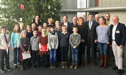"""Gruppenbild feierlicheÜbergabe1 beitrag """"Alle Jahre wieder"""" – Weihnachtsbaum für den Deutschen Bundestag"""