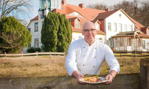 Koch und Gut Küchenchef mit Gutshof c Nicole Franke HLMS Beitrag Erlebnistour mit Fischer und Gutskoch am Schaalsee