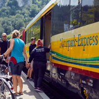 Naturpark-Express mit Radfahrern © Naturpark Obere Donau