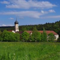 Die Abtei Oberschönenfeld – mit dem Naturpark-Haus – liegt im Herzen des Naturparks ® Naturpark Augsburg-Westliche Wälder