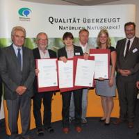 Vertreter von Naturparken in Mecklenburg-Vorpommern nehmen die Auszeichnung zum Qualitäts-Naturpark entgegen - Copyright: VDN