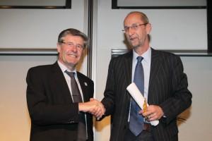 """Landrat Friedel Heuwinkel (VDN) und Wolfgang Tigges ( BAG SELBSTHILFE symbolisch für 11 """"Verbände der Menschen mit Behinderungen) unterzeichnen die Rahmenzielvereinbarungen für barrierefreies Naturerleben."""