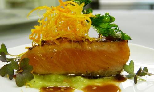 Rezept Sept 2016 Teriyaki lachs Beitrag Teriyaki Lachs auf Wasabi Gurkenpüree mit Süßkartoffelstroh