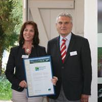 Landrätin Stehpanie Ladwig und Dr. Michael Arndt, Urkundenuebergabe 30 Jahre NPHS, Foto: S. Fuhrmann