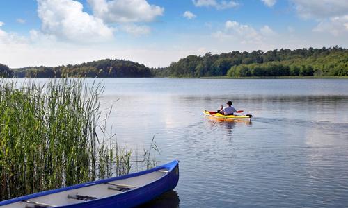 Schaalsee mit Padddler beitrag Naturpark Lauenburgische Seen – Stille und Natur aktiv erleben