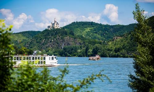 Schiffstour auf dem Rhein. Im Hintergrund die Marksburg bei Braubach Foto Romantischer Rhein Tourismus GmbHb Unterwegs auf Lahn und Rhein