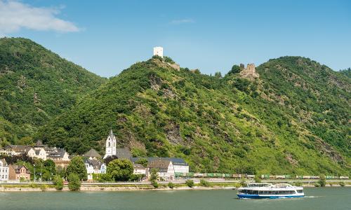 Schiffstour auf dem Rhein Die Feindlichen Brüder bei Kamp Bornhofen im Hintergrund Romantischer Rhein Tourismus GmbHb Unterwegs auf Lahn und Rhein