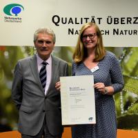 Naturpark Steinhuder Meer ist Qualitäts-Naturpark: Sonja Papenfuß nimmt 2018 die Auszeichnung vom damaligen Präsidenten des Verbandes Deutscher Naturparke (VDN), Dr. Michael Arndt entgegen © VDN