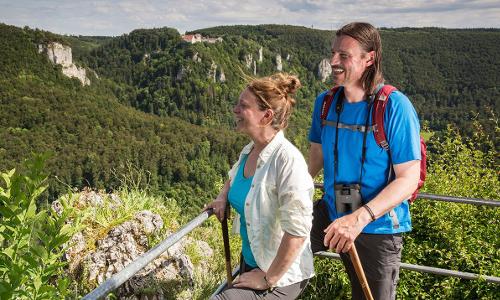 Wanderpaar am Eichfelsen gegenüber Burg Wildensteinb DonauWellen – Premiumwege